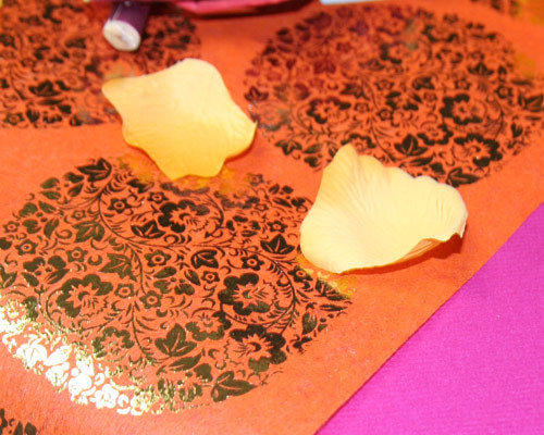 Chemin de table à fleurs metallisees pour votre décoration de mariage