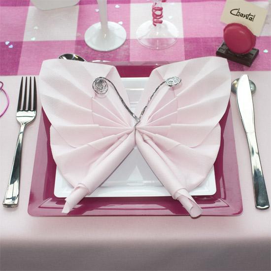 Assiette et pliage de serviettes papillon