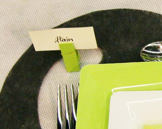 Décoration de table en vert, noir et blanc : marque place