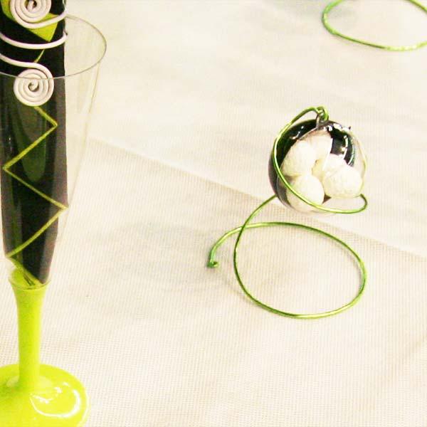 Décoration de table en vert, noir et blanc : dragées