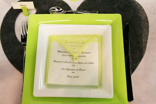 Décoration de table en vert, noir et blanc : menu