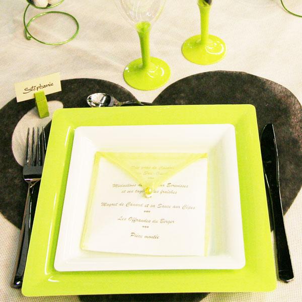 Décoration de table en vert, noir et blanc : assiettes et couverts