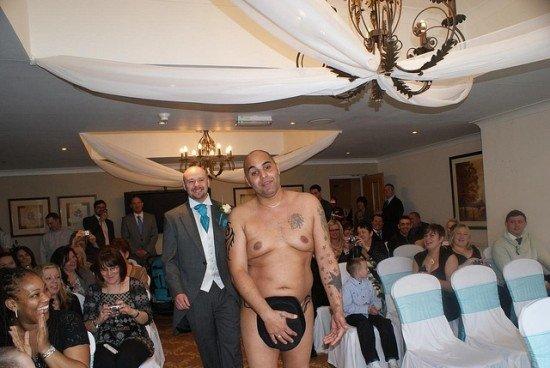 Mariage naturiste : le marié arrive à la cérémonie