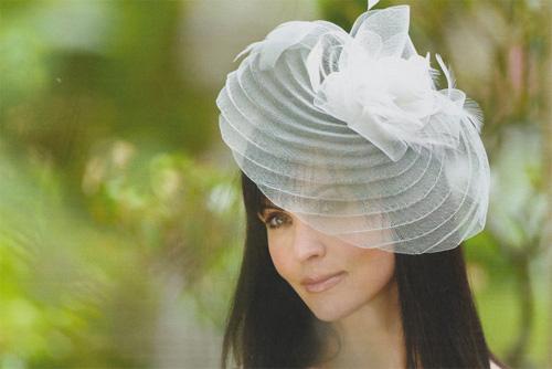 Accessoires de coiffures de mariée : le chapeau