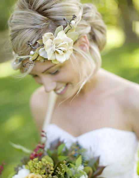 Accessoires de coiffures de mariée : les fleurs
