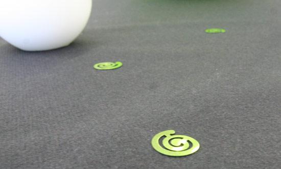 Décoration de table vert anis et noir, nappe et confettis