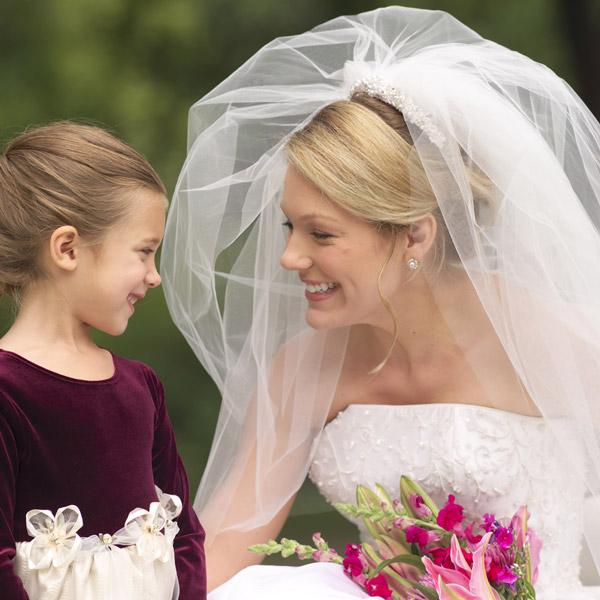 Mariée dans sa robe et petite fille