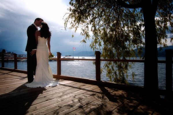 Mariés devant une étendue d'eau