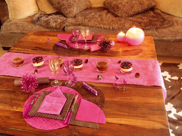 Table de dîner avec la couleur fuchsia