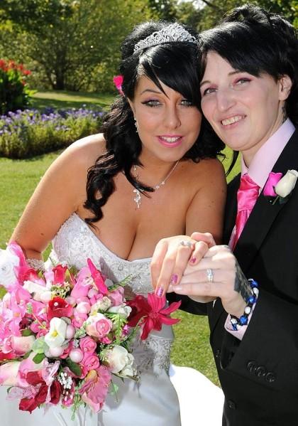 Elle quitte 3 fiancés... pour épouser sa demoiselle d'honneur !