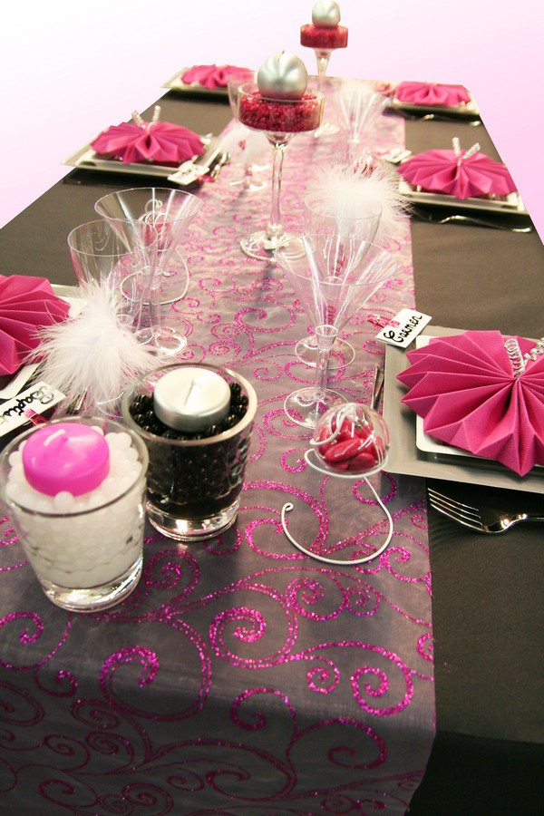 une nouvelle d coration de table en noir et fuchsia d coration f te mariage. Black Bedroom Furniture Sets. Home Design Ideas