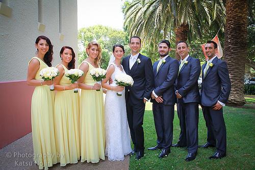 Jeunes mariés entourés de leurs demoiselles et garçons d'honneur