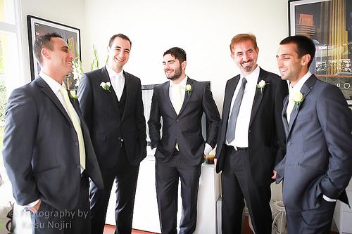 Un futur marié et ses garçons d'honneur