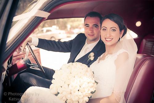 Photo d'un couple de jeunes mariés