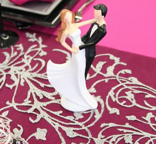 Zoom sur une figurine représentant des jeunes mariés en train de danser