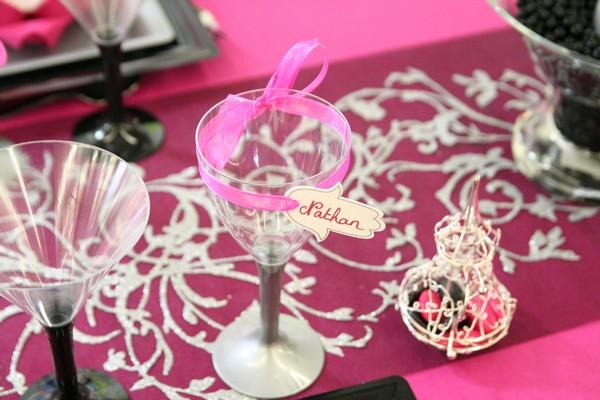 Zoom sur un verre décoré de ruban et d'une main de fatma