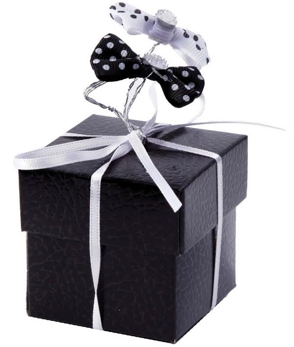 Association d'un cube noir avec un noeud sur tige à pois