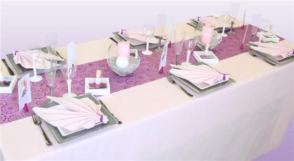 Décoration de table avec une nappe en intissé rose