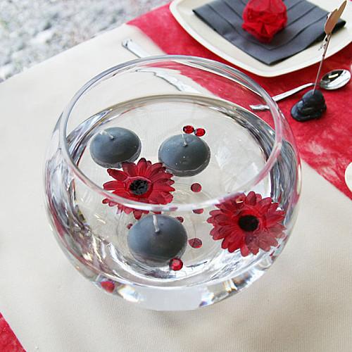 Suggestion de centre de table avec un aquarium, des fleurs sans tige et des bougies flottantes