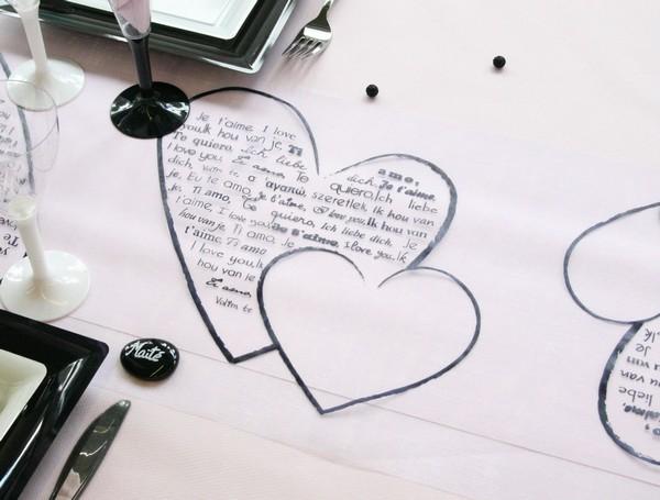 Chemin de table romantique décoré de coeurs