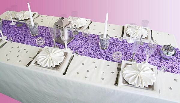 Chemin de table, volutes pailletées, violet