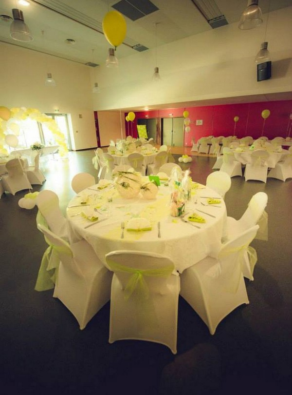 La décoration de table et de salle d'un mariage au thème papillons