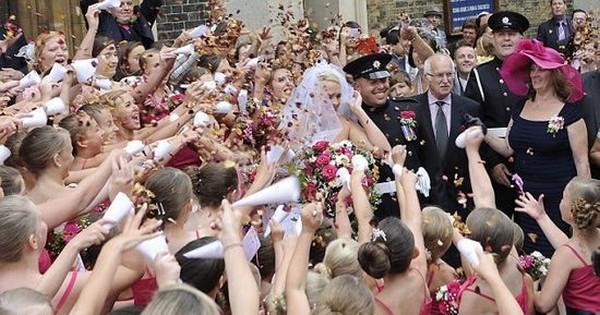 80 demoiselles d'honneur pour son mariage !