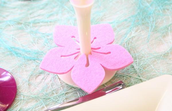 Décorez des verres grâce à des fleurs en feutrin
