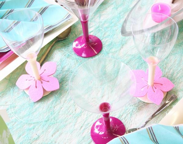 Décorez des verres grâce à des fleurs en feutrine