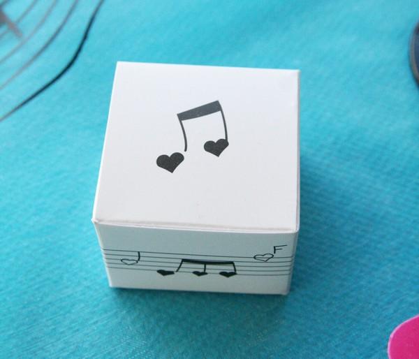 Boîte à musique en carton de couleur blanche