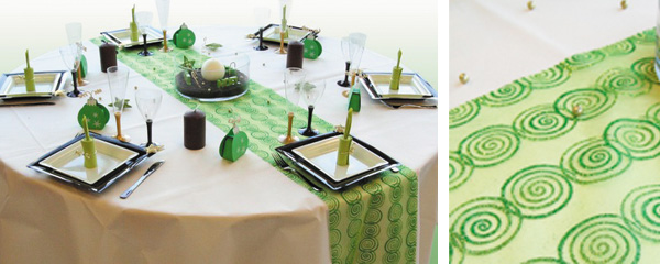Décoration de table imaginée autour d'un chemin de table pailleté et décoré de spirales