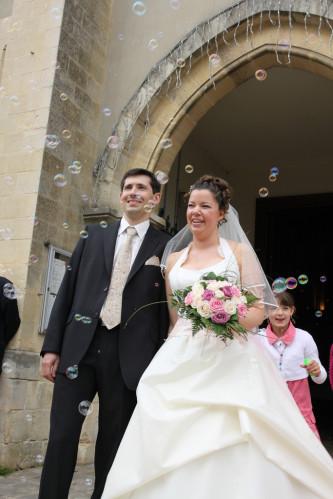 Bulles de savons lors d'une sortie d'église d'un mariage