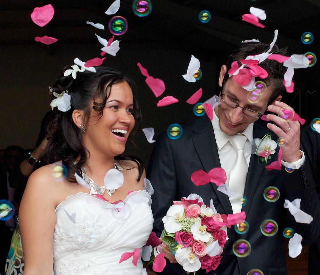 Sortie d'église de mariage avec jeunes mariés