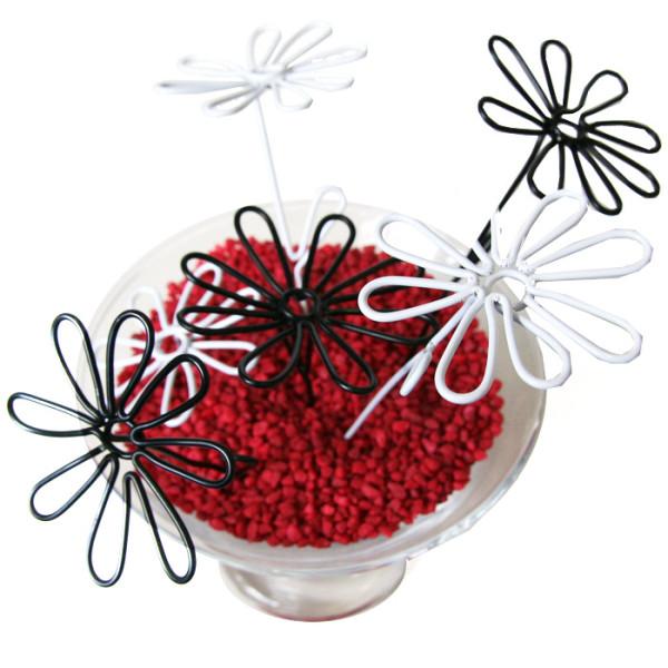 Centre de table créé à partir de granulés rouges et de fleurs en fil métal